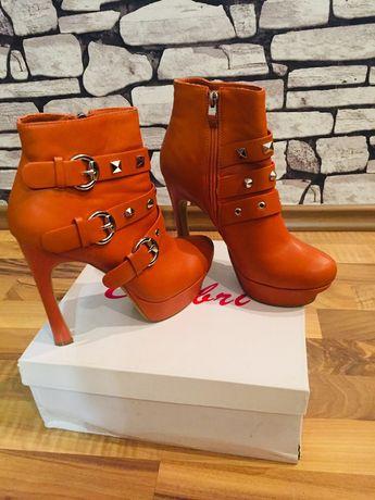 Новые оранжевые ботинка