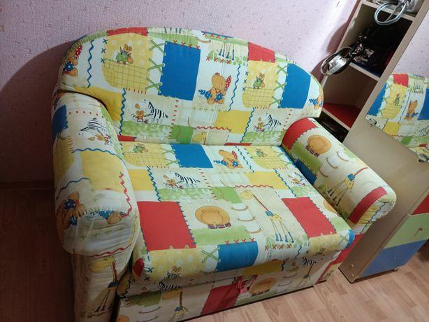 Детский диванчик раздвижной, делается кроватью