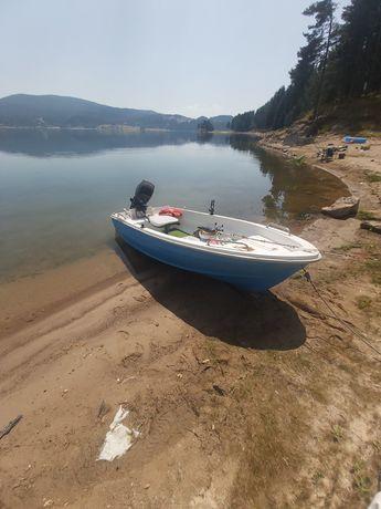 Лодка комплект с двигател и колесар