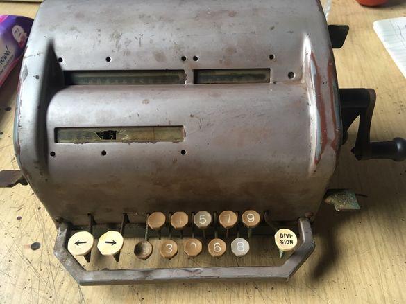 Антикварна немска сметачна машина от 60-те