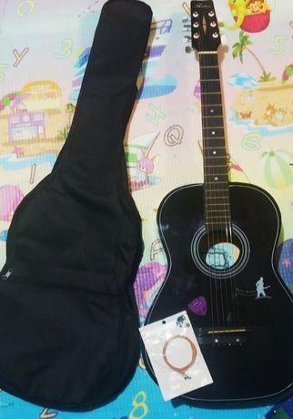 Гитара с чехлом черного цвета