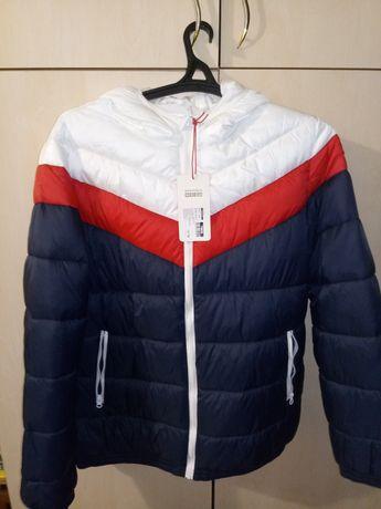 Продам куртку короткую на резинке с капюшоном несъёмным на сентипоне