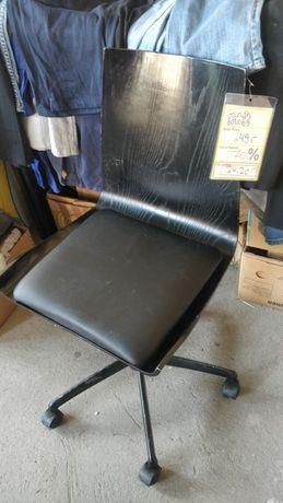 Scaun din lemn pe roti