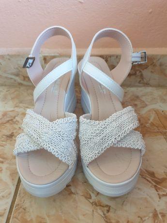 Бели дантелени сандали