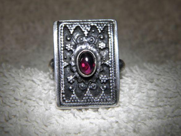 Сребърен втрещяващ пръстен с гранат,направо великолепен топ уникат!