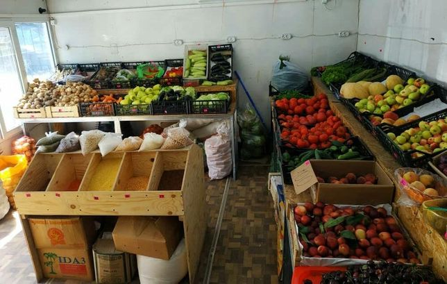 Отдел с оборудованием под овощи фрукты,рядом продуктовый магазин.