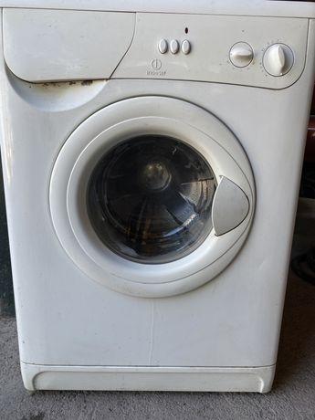 Продам стиральную машину Indesit на запчасти. Рабочая