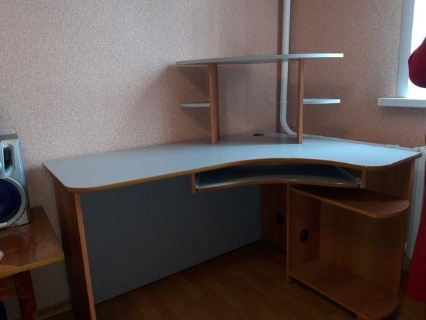 Шкаф - купе, стол, тумба