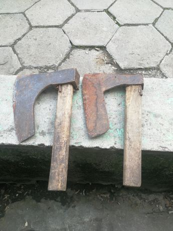Старинна ръчно кована крива брадва