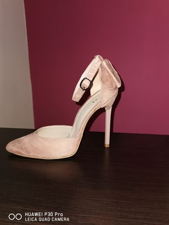 Vând pantofi roz