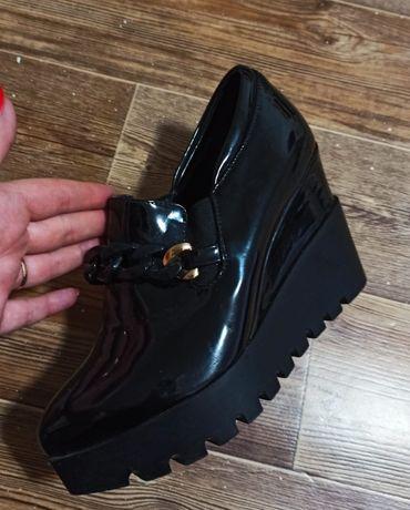 Срочно продам туфли лакированные осенние на платформе