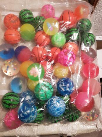 Гумени топчета, татуси и играчки за детски вендинг машини