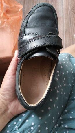 Продам туфли кроссовки.