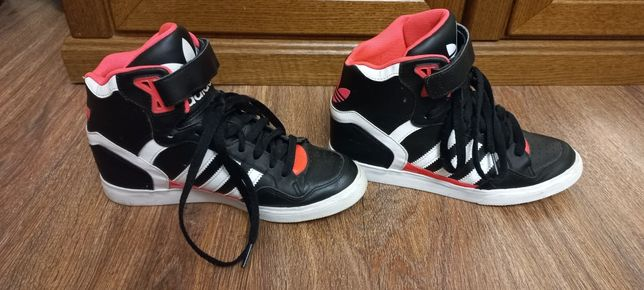 Продам женские кроссовки фирмы adidas за 6 000 тг.