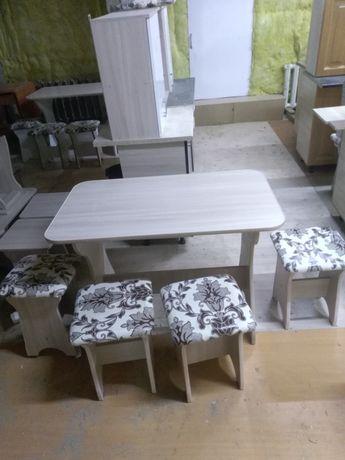 Стол +4 табуретки.