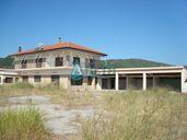Забележителна къща с магазин в курортно селище Паралия Врасна, Гърция