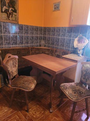 Masa cu scaune și colțar de bucătărie
