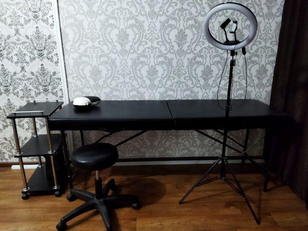 Кушетка, помощник, кресло и лампа