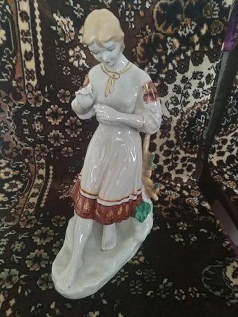 Продам фарфоровую статуэтку