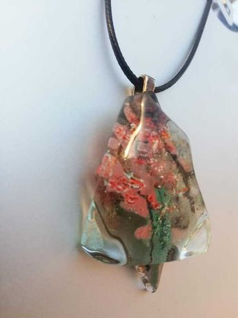 Медальоните са изработени от мурано стъкло.