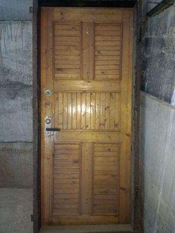 Продам входную деревянную дверь