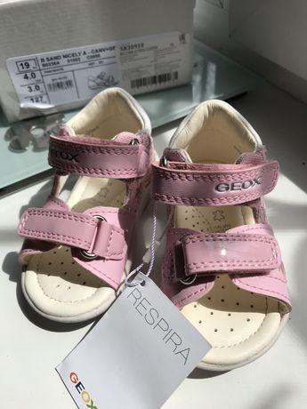 Продам кожаные сандалии Geox. Размер 19