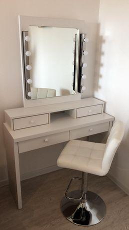 Masa cu oglinda makeup, receptie, pat cosmetica, lampa cosmetica.
