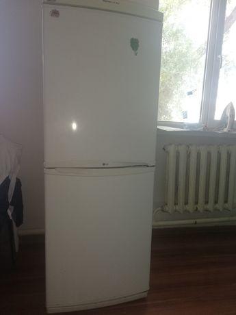 Холодильник LG істеп тұр.