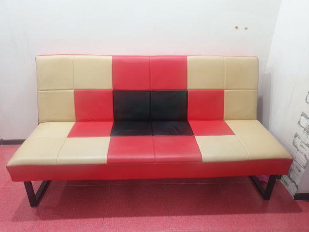 Кожанный раскладной диван , отличного качества,  очень прочный