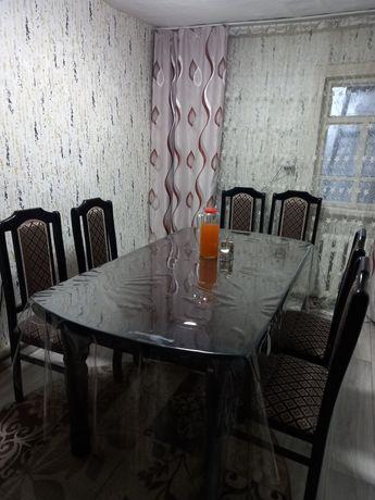 Стол со стульями в идеальном состоянии