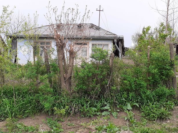 Vand casă bătraneasca cu grădina 1000mp in sat Burlesti  com Unteni