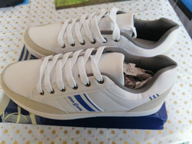Pantofi sport noi, albi, moderni și comozi/Spania