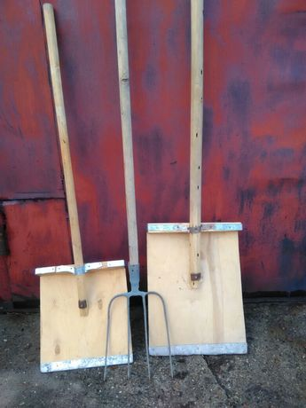 Лопаты и вилы для работы на домашнем хозяйстве.