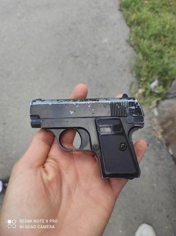 Пистолет на пульках игрушечный