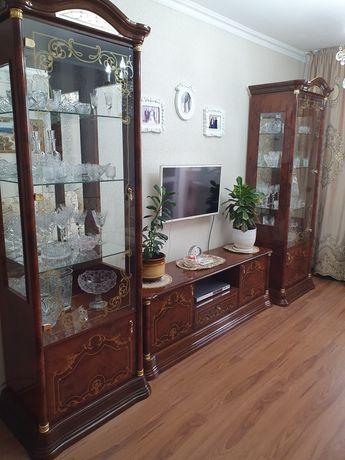 Тумба под телевизор и 2 стеклянные витрины