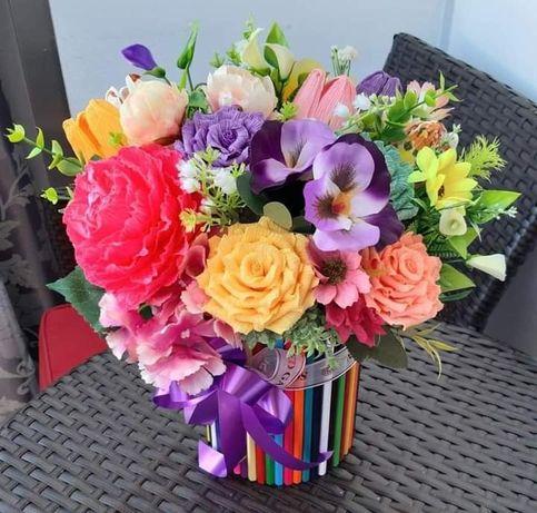 Aranjament cu flori si creioane colorate
