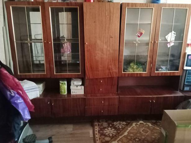 Продам стенку (мебель) и раскладной стол.