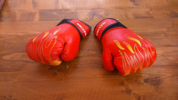 Боксови ръкавици, кори за футбол