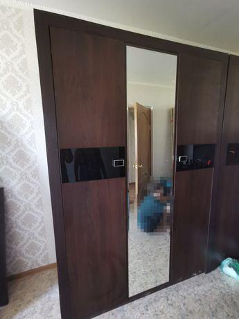 Продам шкаф. 3х дверный. Одна дверь с зеркалом.