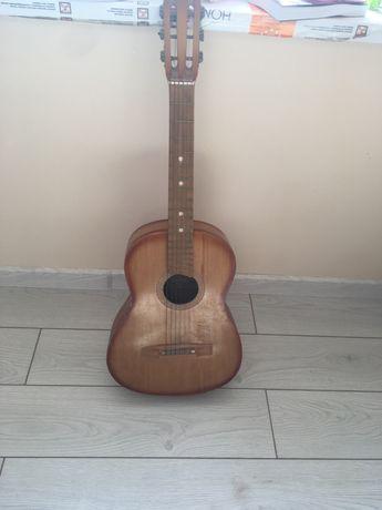 Гитара почти новя