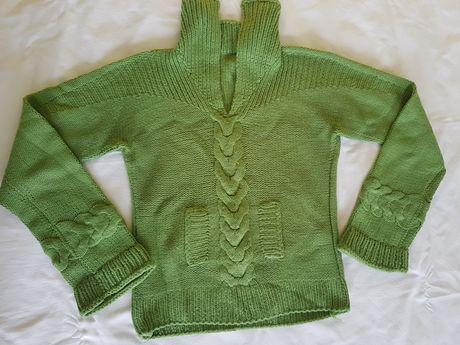 Продавам дамски ръчно плетен зелен пуловер
