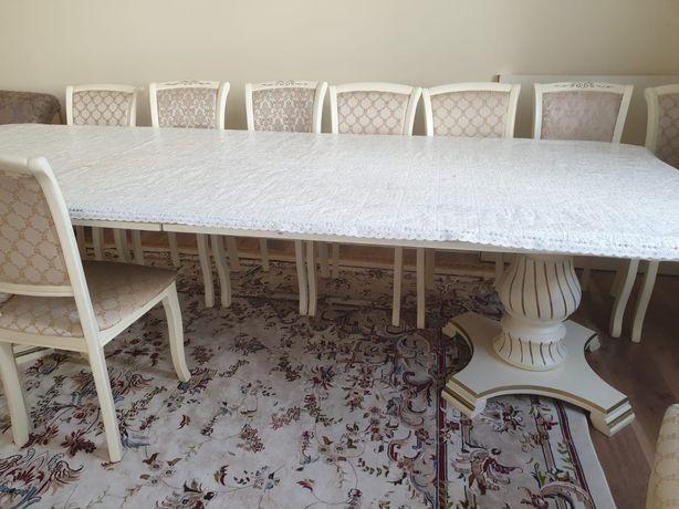 Стол белый, размер 4 метра