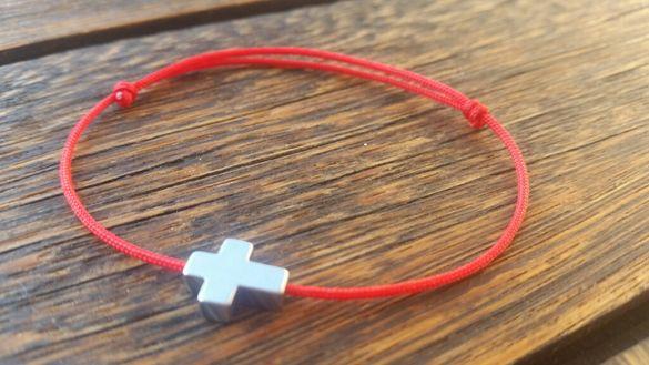 Гривна от червена корда с кръст от хематит
