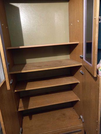 Шкаф старенький, но еще крепенький.