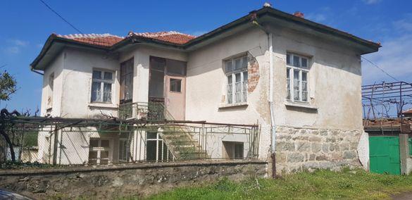 Къща с двор в живописното село Главан