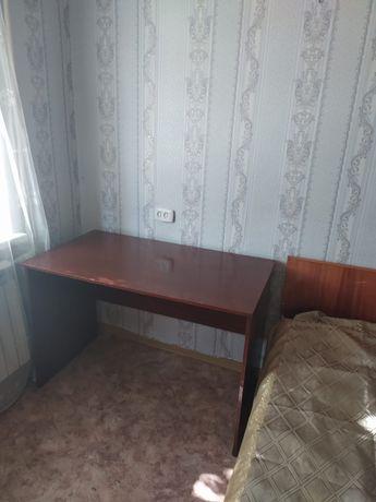 Продам стол письменный с тумбой.