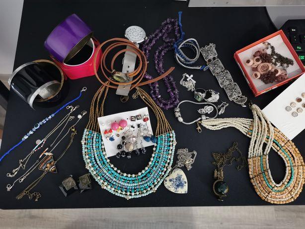 Lot diverse accesorii: coliere, cercei, inele, piatra naturala