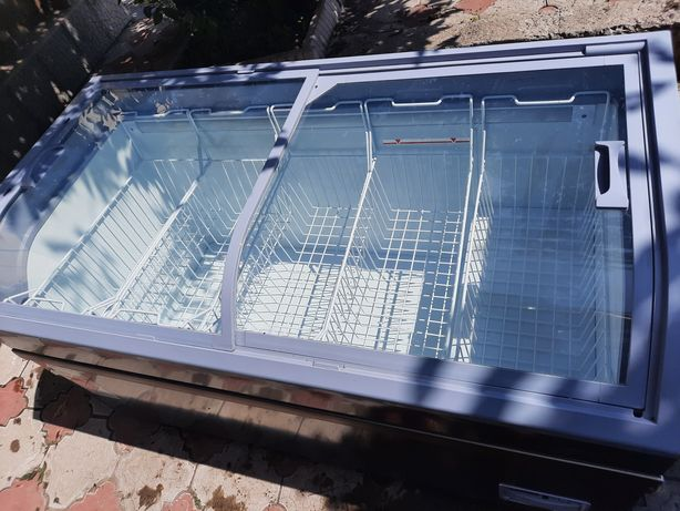 Продвм морозильную витрину, в отличном состоянии