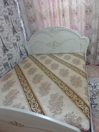 Продается двухспальная кровать в отличном состоянии с тумбочками