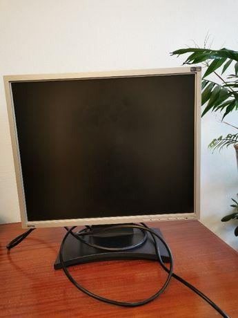 Продавам компютърен монитор и микрофон